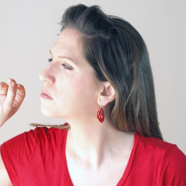 pendientes colgantes diamotea rojos de BaRock jewelry fotos sobre modelo