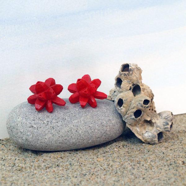 pendientes belaki rojos sobre piedra y arena de BaRock jewelry