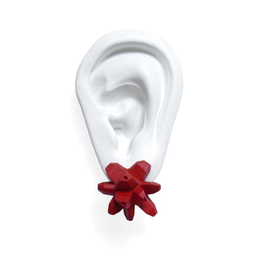 pendientes belaki rojos medios sobre oreja blanca de BaRock jewelry