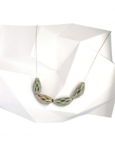collar diamotea 4 verde y plata de BaRock jewelry sobre expositor