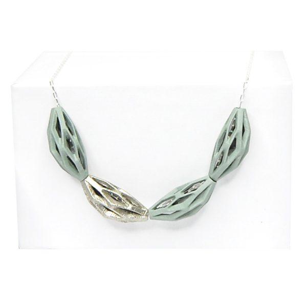 collar diamotea 4 verde y plata de BaRock jewelry sobre expositor blanco
