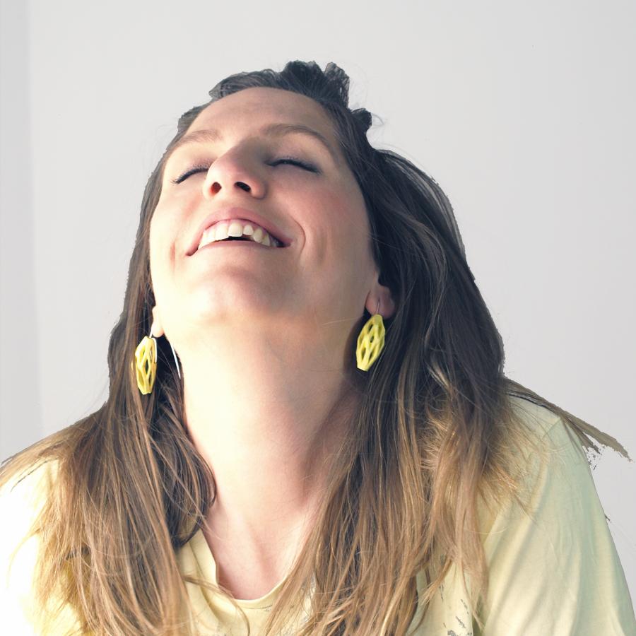 pendientes colgantes diamotea amarillos de BaRock jewelry fotos sobre modelo