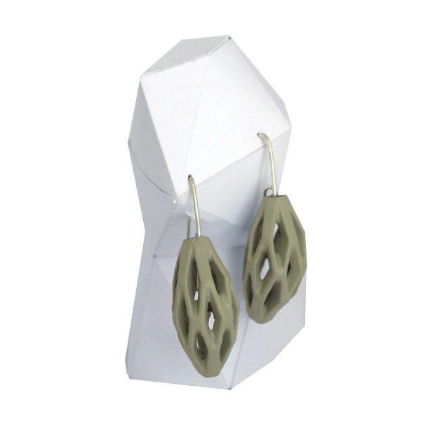 pendientes colgantes diamotea verdes de BaRock jewelry sobre expositor blanco