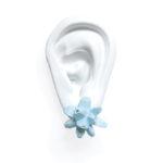 pendientes belaki azul cielo medios sobre oreja blanca de BaRock jewelry