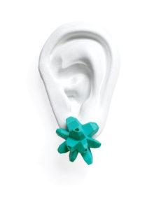 pendientes belaki turquesas medios sobre oreja blanca de BaRock jewelry