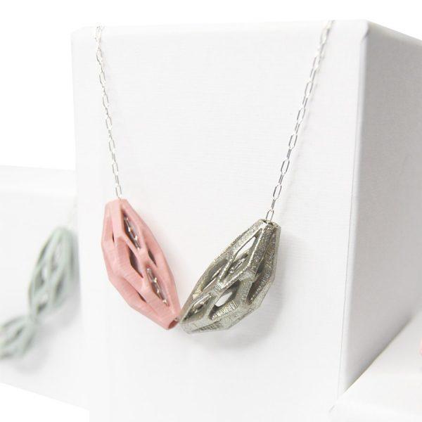 collar diamotea 2 rosa y plata de BaRock jewelry sobre expositor