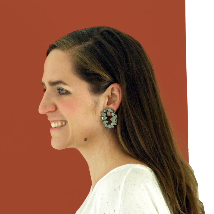 pendientes redondos harria antracita sobre modelo de BaRock jewelry
