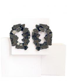 pendientes redondos harria antracita sobre piedra de BaRock jewelry sobre expositor