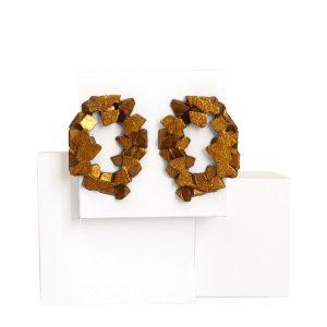 pendientes redondos harria cobre sobre piedra de BaRock jewelry sobre expositor