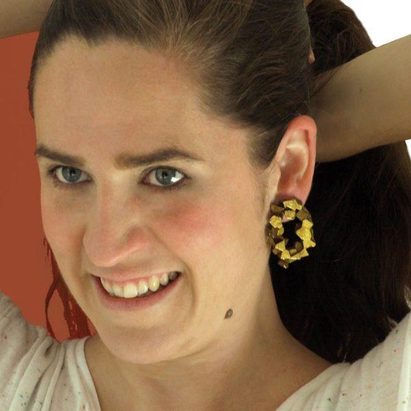 pendientes redondos harria cobre sobre modelo de BaRock jewelry