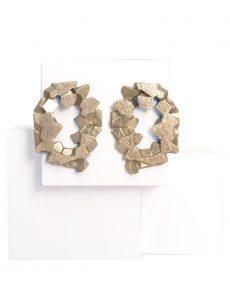 pendientes redondos harria plata sobre piedra de BaRock jewelry sobre expositor