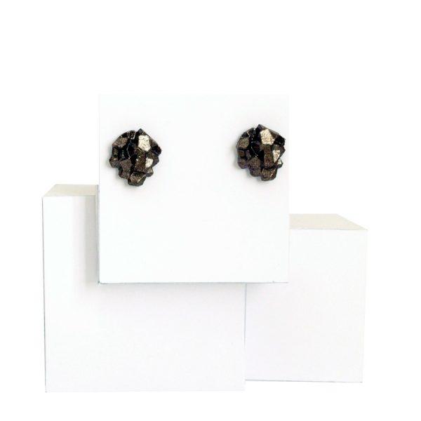 pendientes pequeños harria antracita sobre expositor de BaRock jewelry sobre expositor