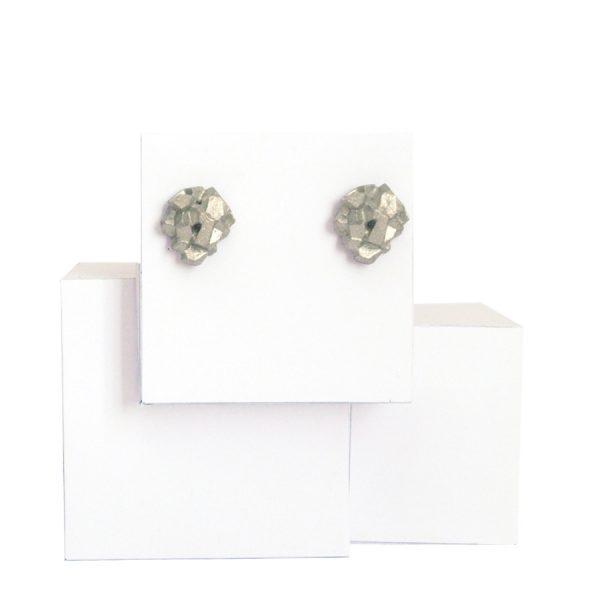 pendientes pequeños harria plata sobre piedra de BaRock jewelry sobre expositor