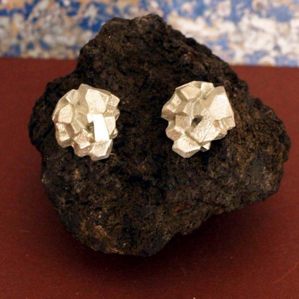 pendientes pequeños harria plata sobre piedra de BaRock jewelry