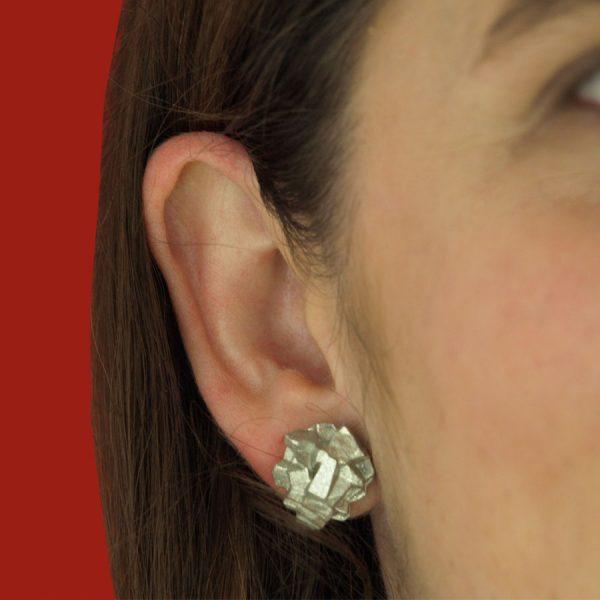 pendientes pequeños harria plata sobre modelo de BaRock jewelry