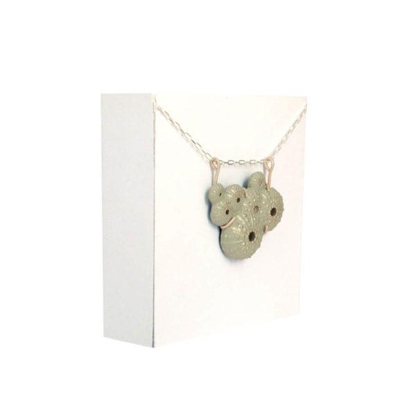 collar mediterráneo triku de BaRock jewelry sobre expositor