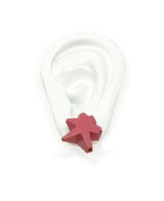 pendientes belaki estrella rosa socuro sobre oreja blanca de BaRock jewelry