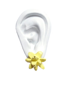 pendientes originales belaki amarillos medios sobre oreja blanca de BaRock jewelry
