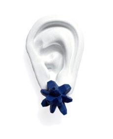 pendientes originales belaki azul marino medios sobre oreja blanca de BaRock jewelry