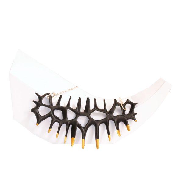 collar original espina negro y oro de BaRock jewelry sobre expositor