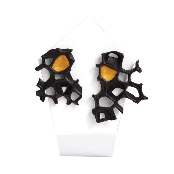 pendientes asimetricos espina negro y oro de BaRock jewelry sobre expositor