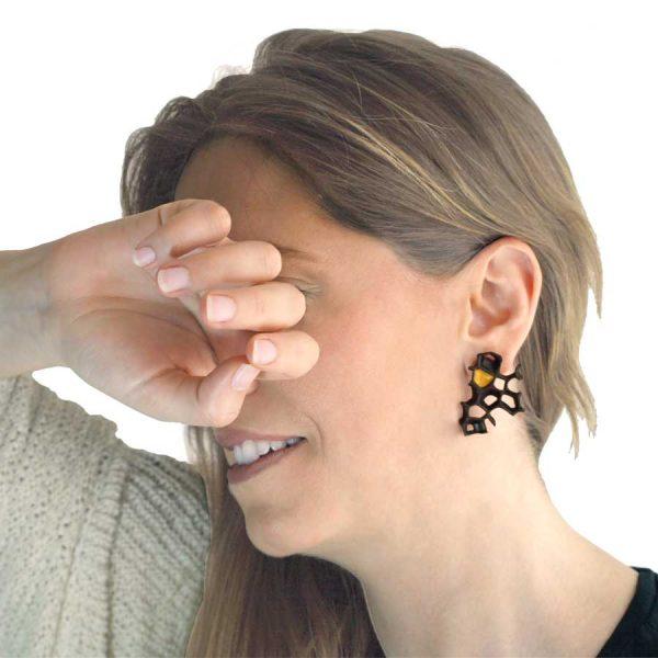 pendientes originales asimetricos espina negro y oro de BaRock jewelry en modelo
