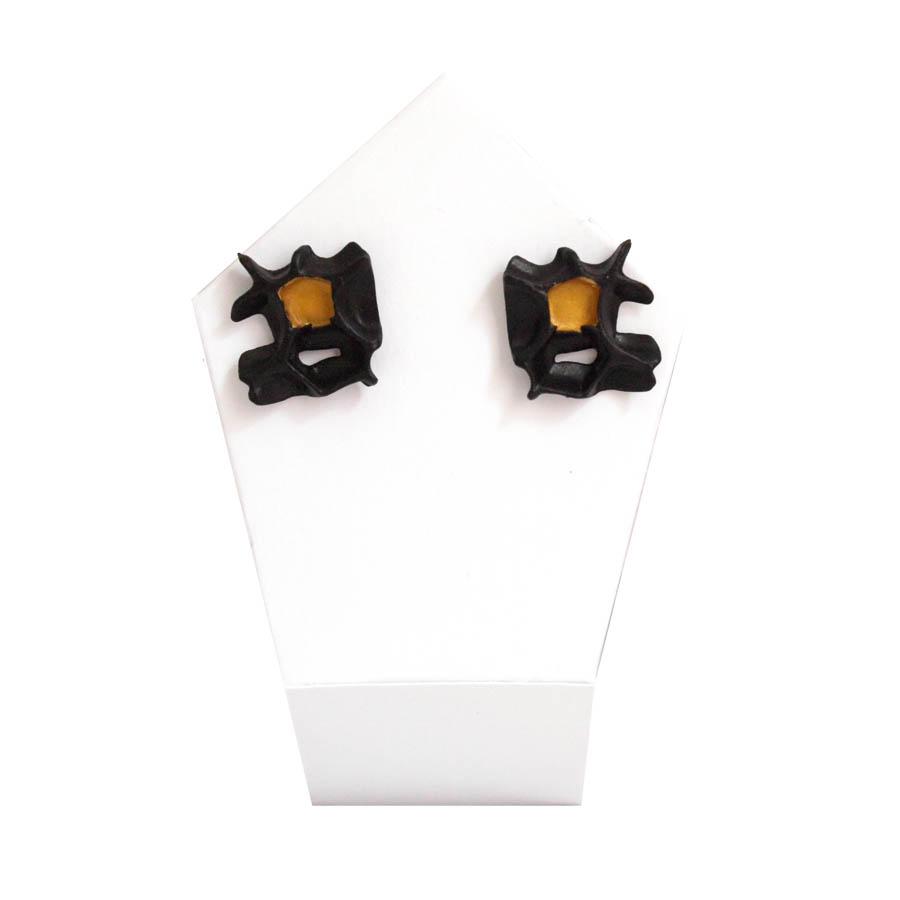 pendientes originales pequeños espina negro y oro de BaRock jewelry sobre expositor