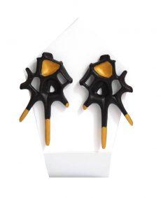 pendientes originales puntas espina negro y oro de BaRock jewelry sobre expositor
