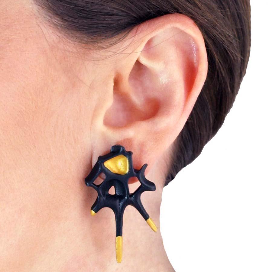 pendientes originales picos espina negro y oro de BaRock jewelry detalle