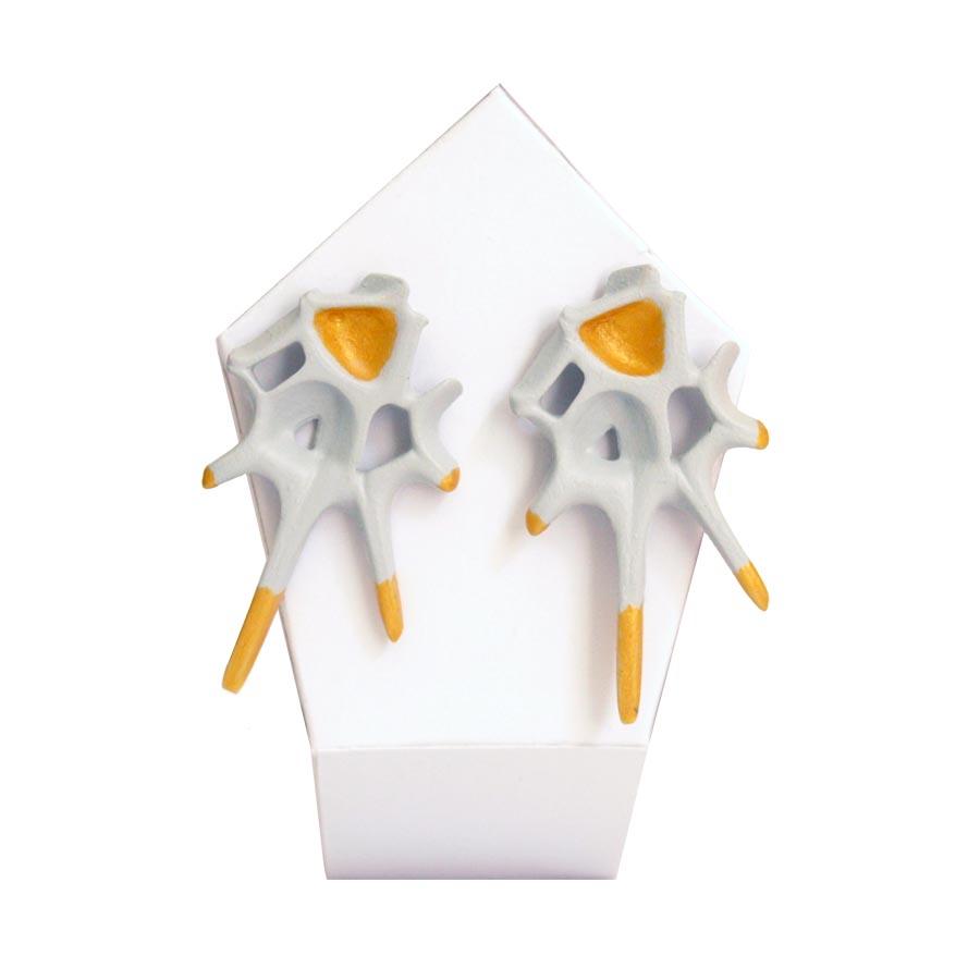pendientes originales puntas espina blanco y oro de BaRock jewelry sobre expositor