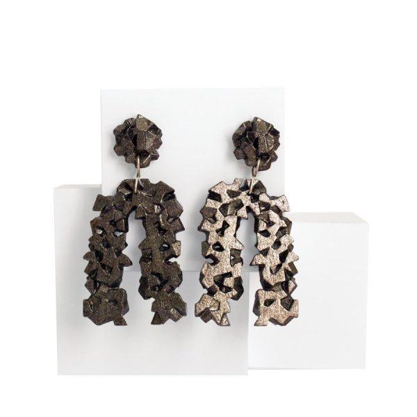 pendientes originales herradura harria antracita sobre expositor de BaRock jewelry