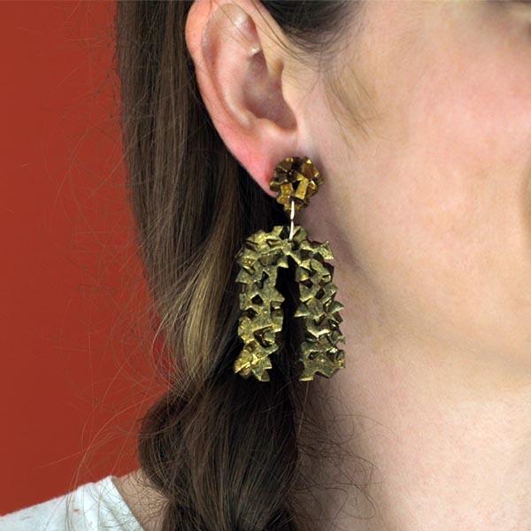 pendientes originales herradura harria cobre sobre modelo de BaRock jewelry