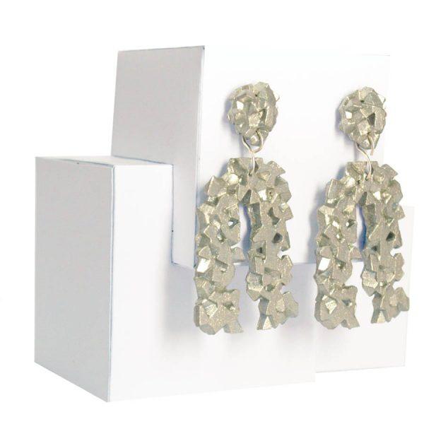 pendientes originales herradura harria plata sobre expositor de BaRock jewelry