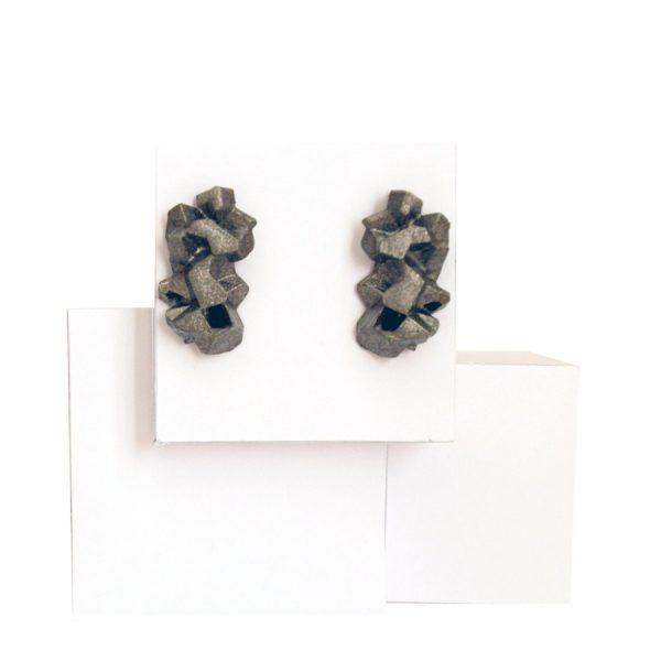 pendientes originales medianos harria antracita sobre expositor de BaRock jewelry