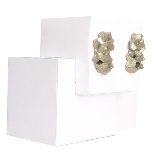 pendientes medianos harria plata sobre expositor de BaRock jewelry