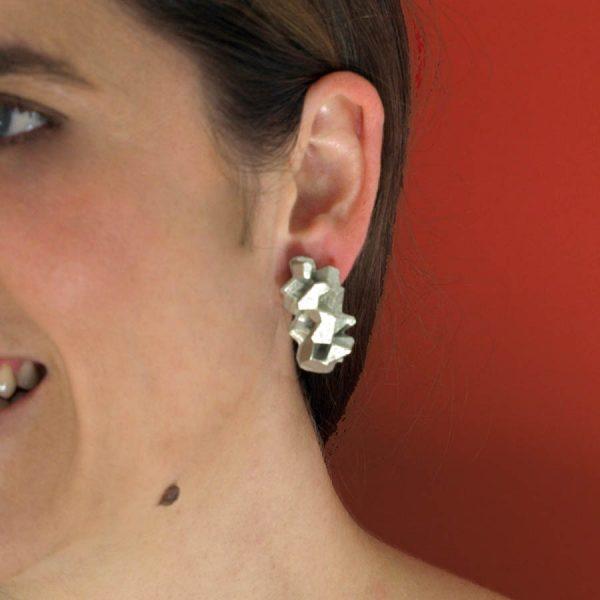 pendientes medianos harria plata sobre modelo de BaRock jewelry