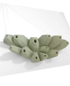 Collar belaki verde de BaRock jewelry sobre expositor blanco