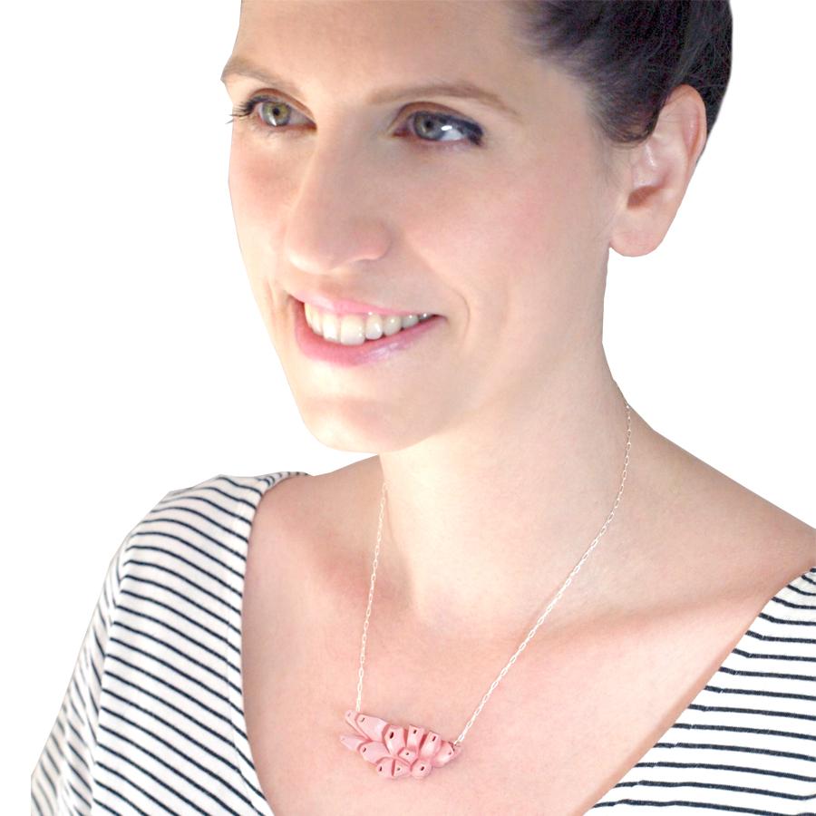 Collar rosa belaki de BaRock jewelry sobre modelo