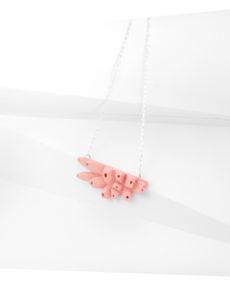 Collar rosa belaki de BaRock jewelry sobre expositor blanco