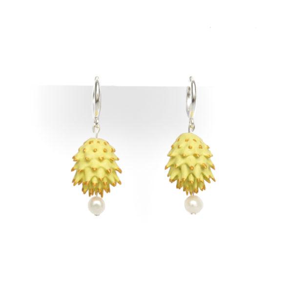 Pendientes Bardana amarillos de BaRock jewelry frente sobre soporte blanco