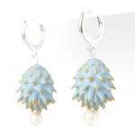 Pendientes Bardana azules de BaRock jewelry frente sobre soporte blanco