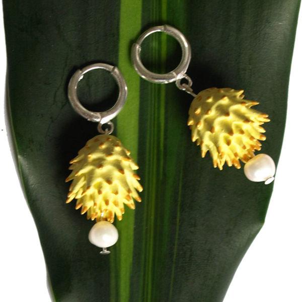 Pendientes Bardana amarillos de BaRock jewelry sobre hoja