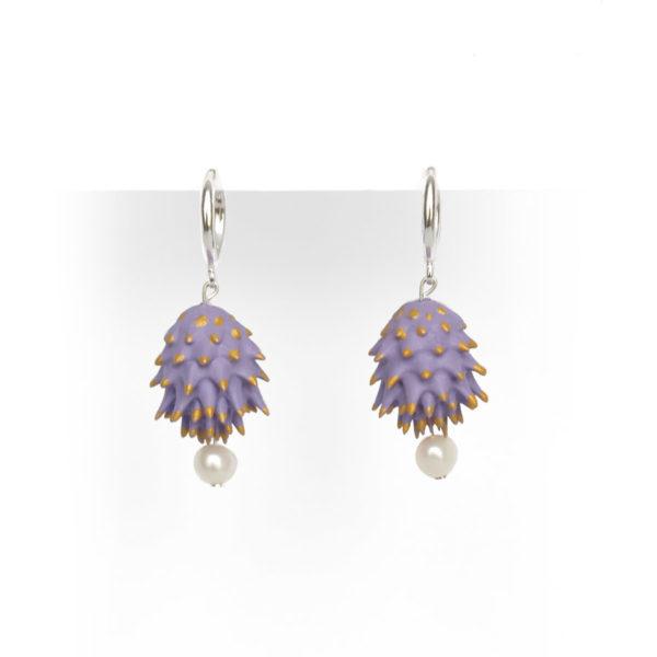 Pendientes Bardana lilas de BaRock jewelry frente sobre soporte blanco