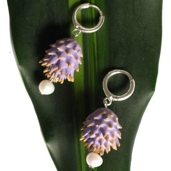 Pendientes Bardana lilas de BaRock jewelry sobre hoja