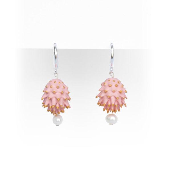 Pendientes Bardana rosas de BaRock jewelry frente sobre soporte blanco