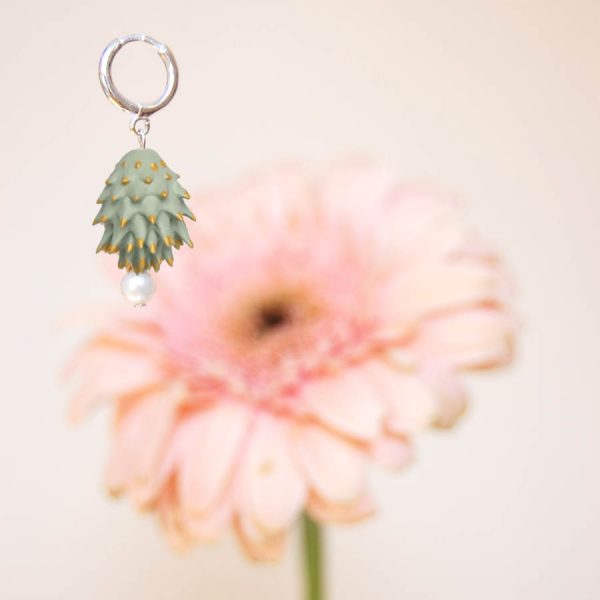 Pendientes Bardana rosas de BaRock jewelry frente sobre flor rosa y fondo amarillo
