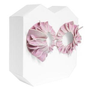 Pendientes lorak rosas grandes de BaRock jewelry sobre soporte blanco