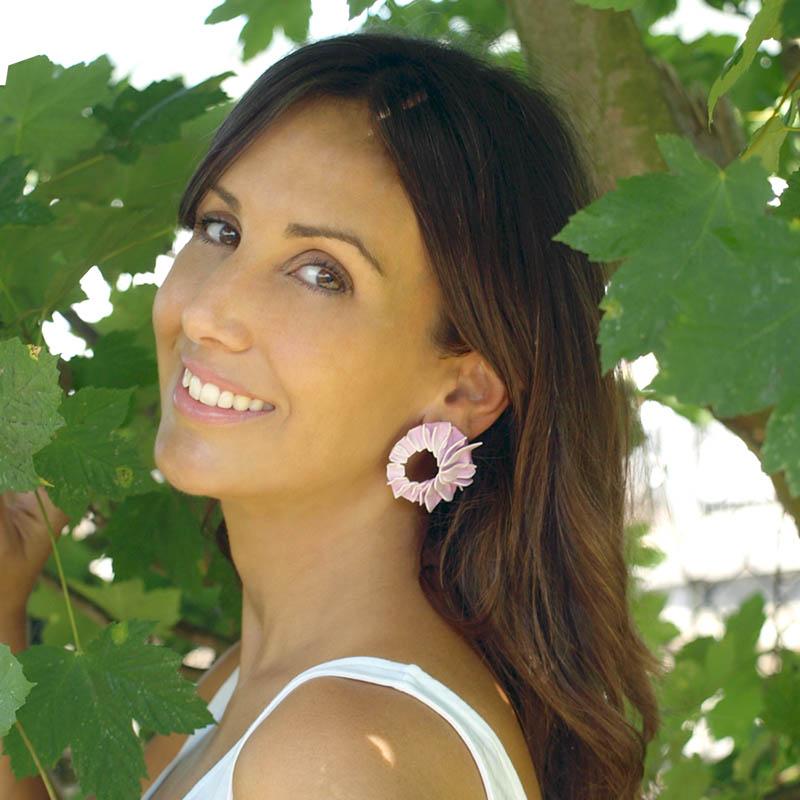 Pendientes lorak rosas grandes de BaRock jewelry sobre modelo