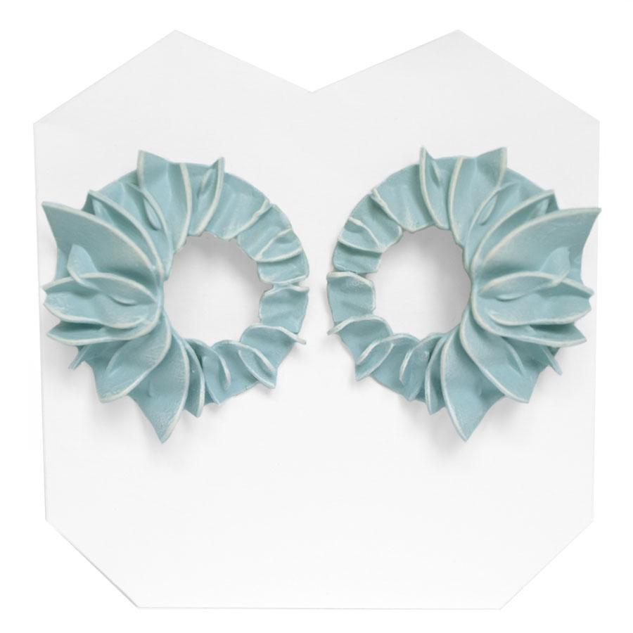 Pendientes lorak azules grandes de BaRock jewelry sobre soporte blanco