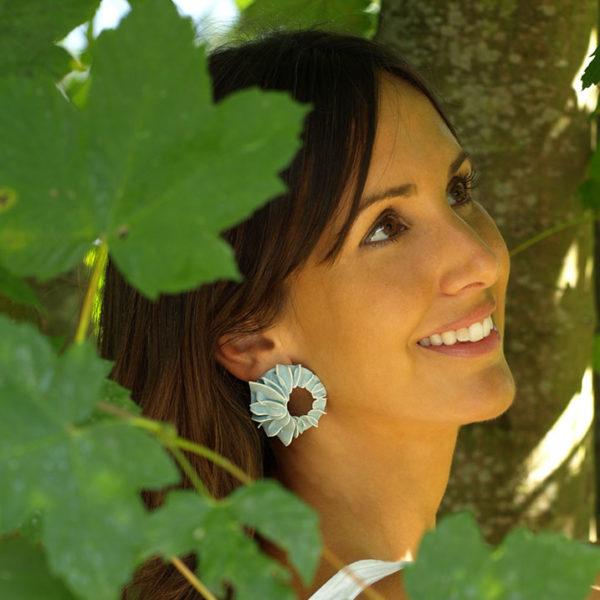 Pendientes lorak azules grandes de BaRock jewelry sobre modelo